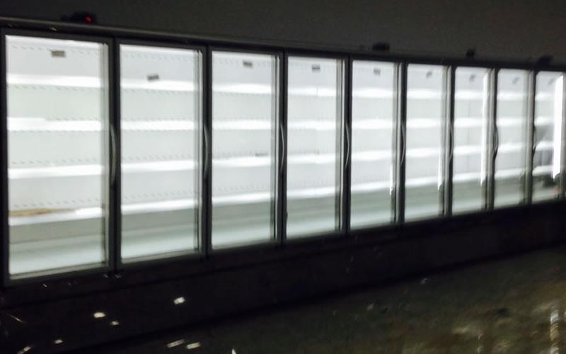 Expositor vertical para bebidas , frios e laticínios.